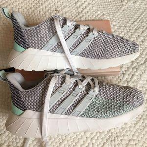 Adidas Girls Questar Flow shoes size 2 mint grey